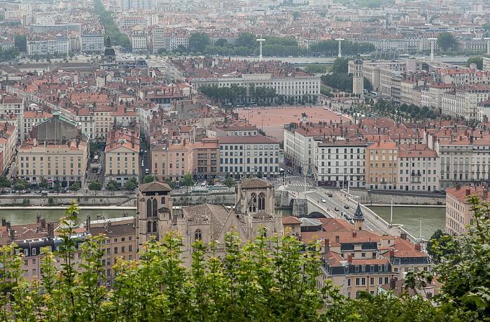 Blick von Fourvière (v.u.): Vieux Lyon mit Cathédrale Saint-Jean-Baptiste, Saône, Presqu'île (Halbinsel) Hôpital de la Charité de Lyon Place Bellecour