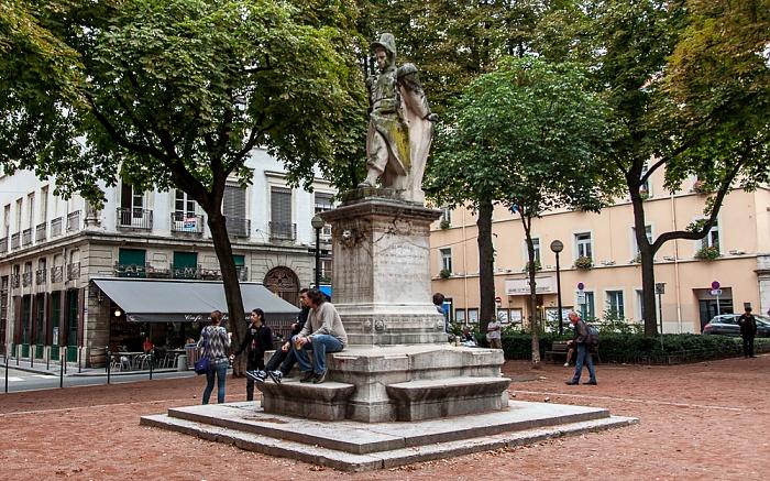 Lyon La Croix-Rousse: Place Sathonay mit der Statue du Sergent Blandan