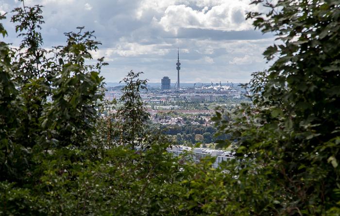 München Blick vom Fröttmaninger Berg: BMW-Hochhaus, Olympiaturm und Olympiastadion