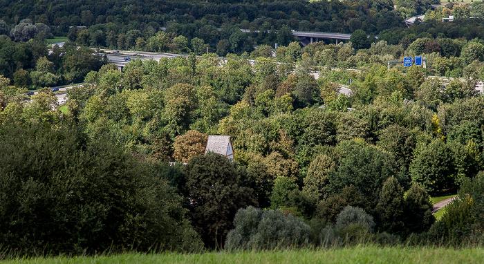 Blick vom Fröttmaninger Berg in Richtung Nordwesten: Heilig-Kreuz-Kirche, Autobahnkreuz München-Nord