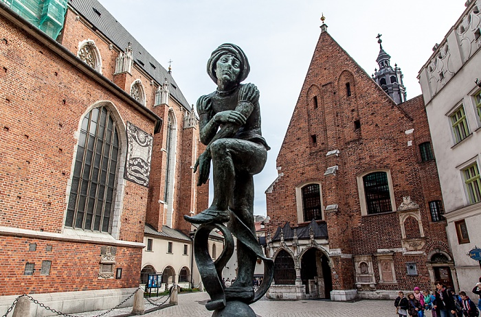 Krakau Stare Miasto: Plac Mariacki mit (v.l.) Marienkirche, Pomnik-Zaka-Brunnen und St.-Barbara-Kirche