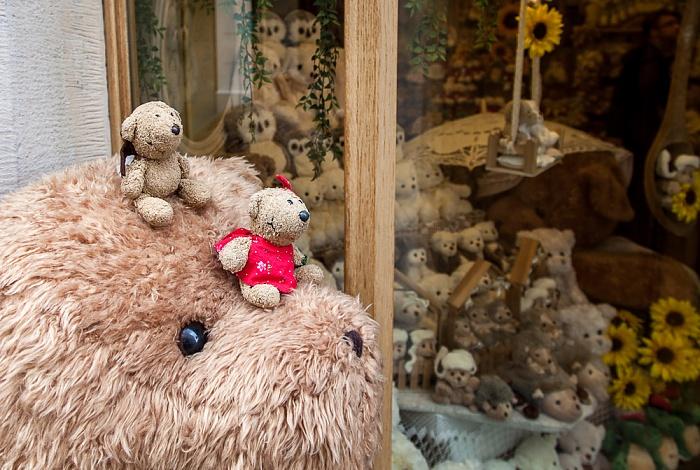 Krakau Stare Miasto: Teddy und Teddine mit sehr großem Freund