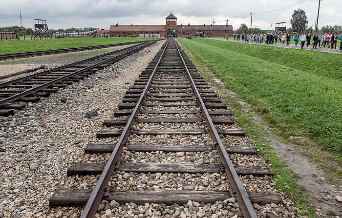Staatliches Museum Auschwitz-Birkenau: Konzentrationslager Auschwitz-Birkenau - Gleise zum Einfahrtsgebäude