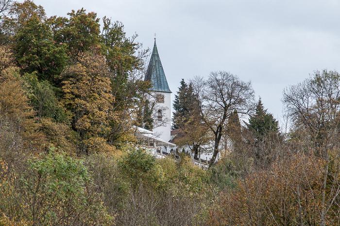 Blick von der Grünwalder Isarbrücke: St. Peter und Paul auf dem Isarhochufer
