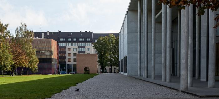 Kunstareal München (Maxvorstadt): Pinakothek der Moderne (rechts) Museum Brandhorst Türkentor