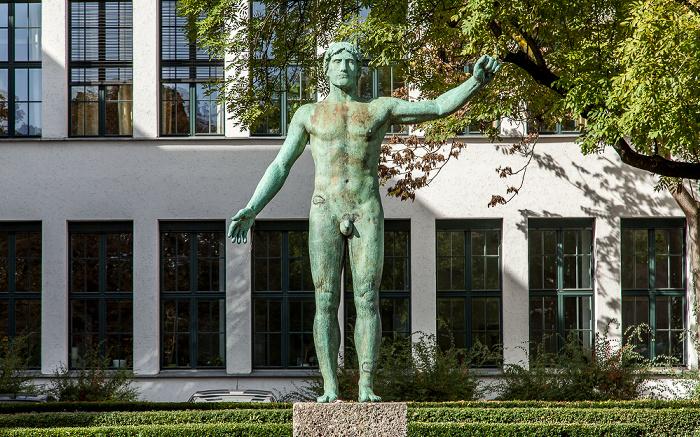 Kunstareal München (Maxvorstadt): Arcisstraße - Rossebändiger (von Bernhard Bleeker) Technische Universität