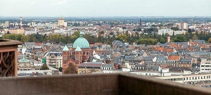 Blick von der Turmplattform des Straßburger Münsters (Cathédrale Notre-Dame de Strasbourg): Neustadt Église Saint-Pierre-le-Jeune catholique