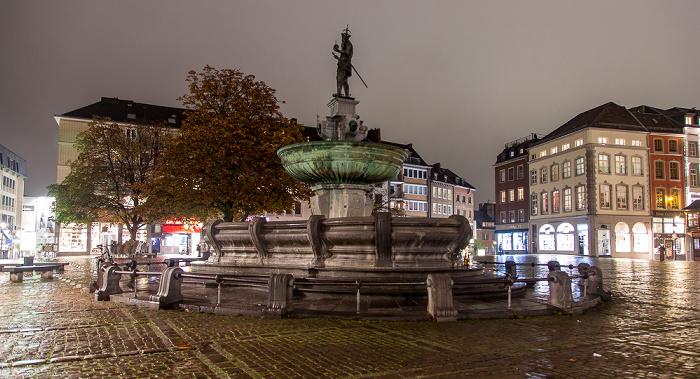 Aachen Marktplatz: Karlsbrunnen