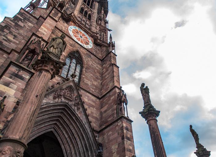 Altstadt: Freiburger Münster Pestsäulen