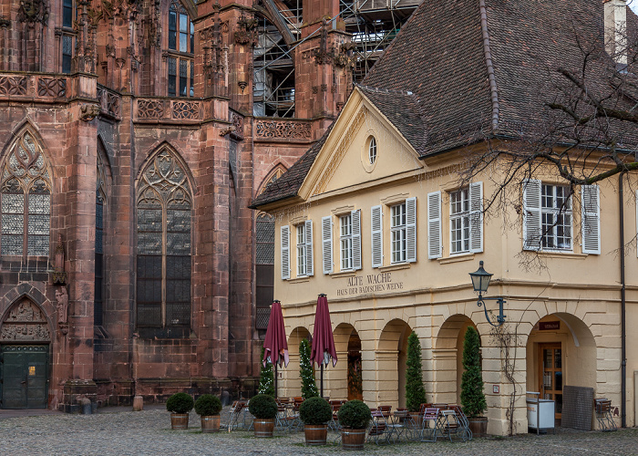 Altstadt: Münsterplatz mit Freiburger Münster und Alter Wache Alte Wache