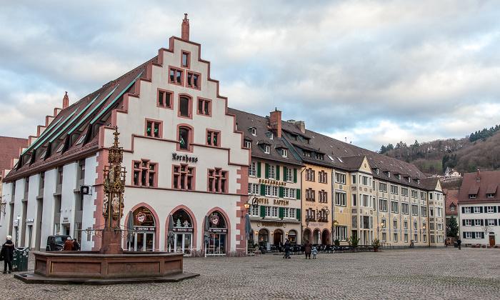 Freiburg Altstadt: Münsterplatz - Fischbrunnen und Kornhaus