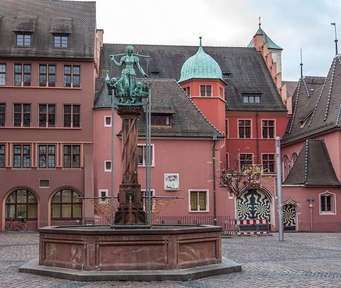 Freiburg Altstadt: Kartoffelmarkt - Rau-Brunnen Haus zum Walfisch