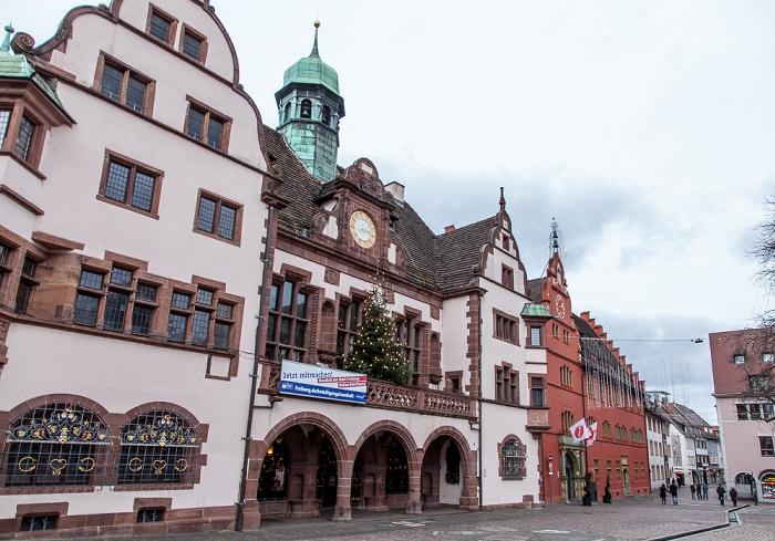 Freiburg Altstadt: Rathausplatz - Neues Rathaus (links) und Altes Rathaus