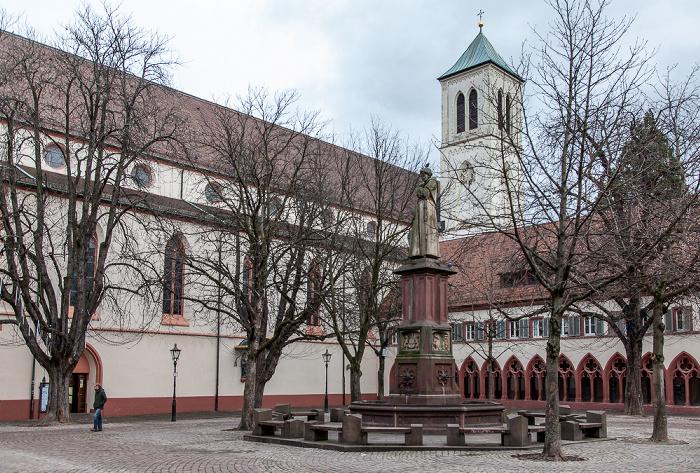Freiburg Altstadt: Rathausplatz - Berthold-Schwarz-Brunnen und St. Martin
