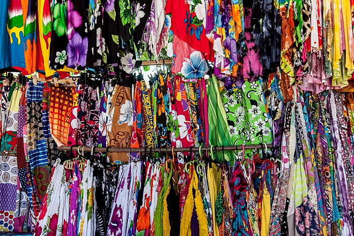 Victoria (Seychellen) Sir Selwyn Selwyn-Clarke Market: Bunte Kleider