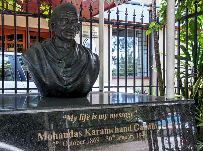 High Commission of India: Büste von Mahatma Gandhi (My life is my message) Victoria (Seychellen)