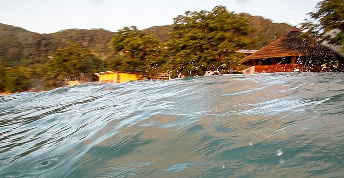 Beau Vallon Indischer Ozean: Ankommende Welle Coral Strand Hotel