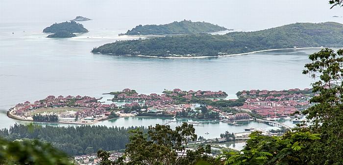 Mahé Blick von Mont Fleuri (Sans Soucis Road): Eden Island und Ste Anne Marine National Park (Indischer Ozean)