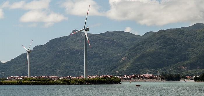 Fähre Victoria (Mahé) - Baie Sainte Anne (Praslin): Windkraftanlagen auf der Île de Romainville