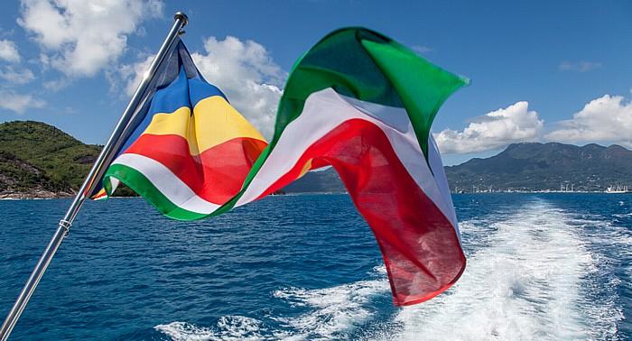 Indischer Ozean Fähre Victoria (Mahé) - Baie Sainte Anne (Praslin): Flagge der Seychellen Ste Anne
