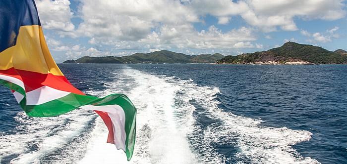 Indischer Ozean Fähre Baie Sainte Anne (Praslin) - La Passe (La Digue): Flagge der Seychellen Round Island