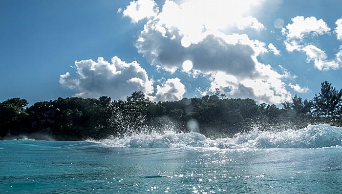 La Digue Petit Anse, Indischer Ozean, ankommende Welle