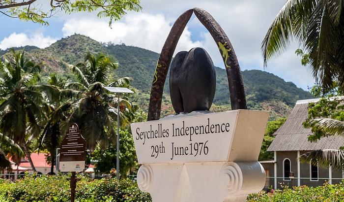 Praslin Grand' Anse: Denkmal zur Unabhängigkeit der Seychellen am 29. Juni 1976
