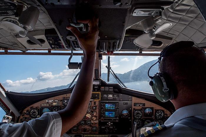 Indischer Ozean Cockpit der DHC-6 Twin Otter-400 Mahé Luftbild aerial photo