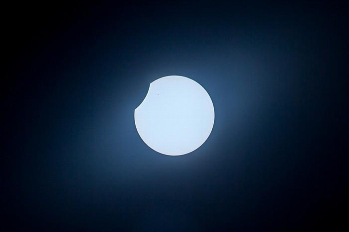 München (Partielle) Sonnenfinsternis 2015 (11:47 Uhr): Sonne und Mond - Kurz vor dem Ende der Bedeckung