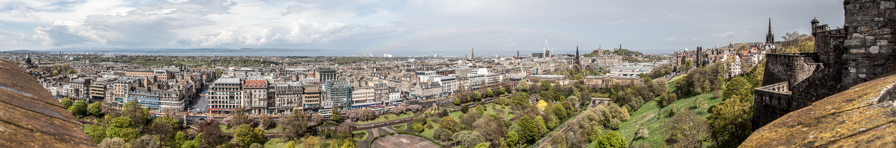 Blick von Edinburgh Castle: New Town Calton Hill Firth of Forth Old Town Princes Street Gardens
