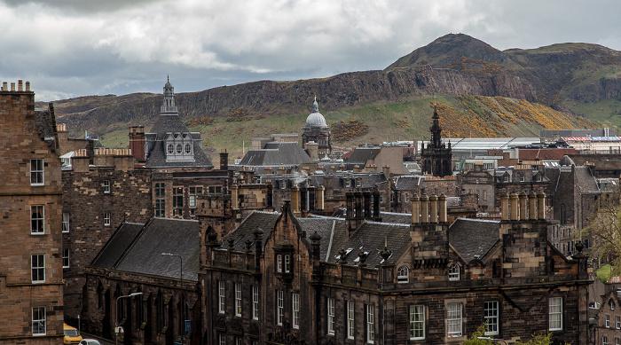 Edinburgh Blick von der Castle Esplanade (Old Town): Old Town Central Library Holyrood Park Old College University of Edinburgh