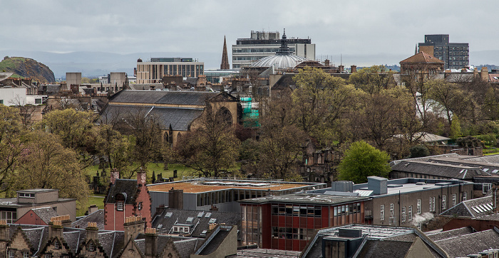 Blick von der Castle Esplanade (Old Town): Old Town mit Greyfriars Kirkyard und Greyfriars Kirk Edinburgh