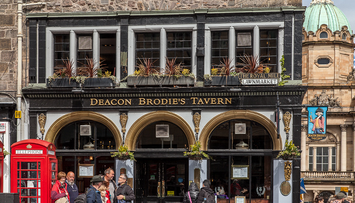 Edinburgh Old Town: Lawnmarket (Royal Mile) - Deacon Brodies Tavern Bank of Scotland Head Office