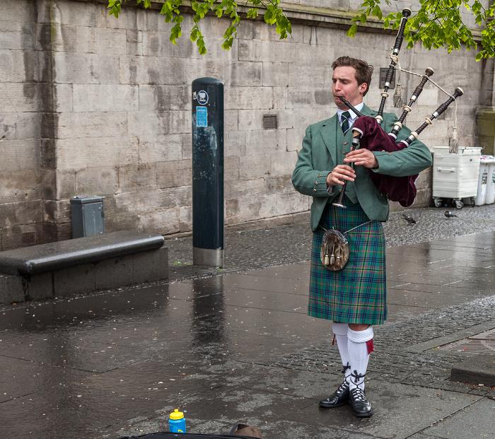Edinburgh Old Town: High Street (Royal Mile) - Dudelsack-Spieler