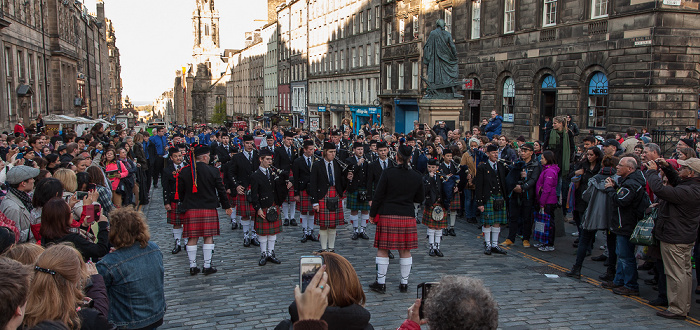 Edinburgh Old Town: High Street (Royal Mile) - Dudelsack-Orchester Adam Smith Statue