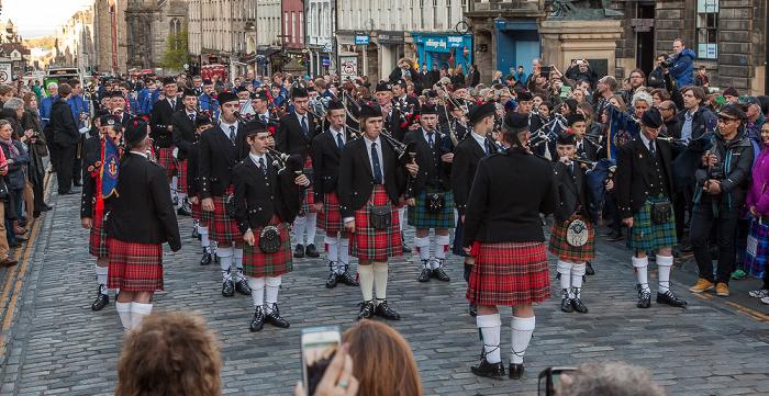 Edinburgh Old Town: High Street (Royal Mile) - Dudelsack-Orchester