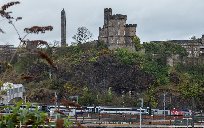 Edinburgh Calton Hill mit Political Martyrs' Monument und Governor's House Edinburgh Waverley Railway Station