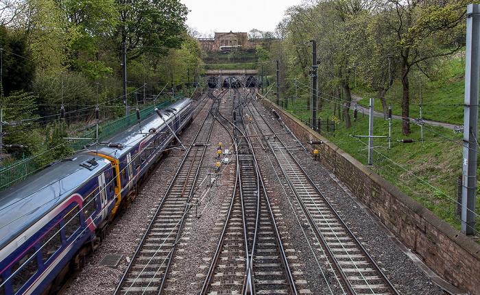 New Town: Princes Street Gardens - Bahngleise zur Edinburgh Waverley Railway Station Scottish National Gallery