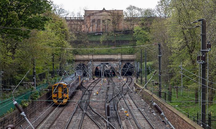 New Town: Princes Street Gardens - Bahngleise zur Edinburgh Waverley Railway Station Edinburgh