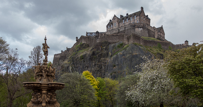 Edinburgh New Town: Princes Street Gardens mit dem Ross Fountain (links) Castle Rock Edinburgh Castle
