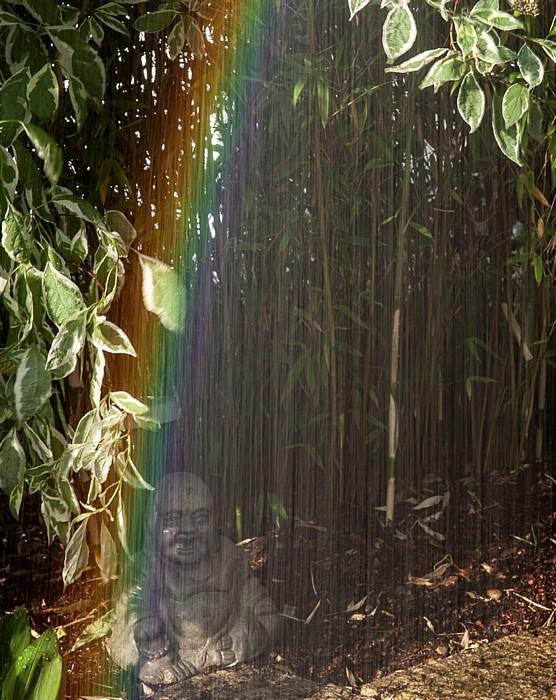 München Garten Gratspitzstraße 40: Regenbogen mit Buddha-Statue