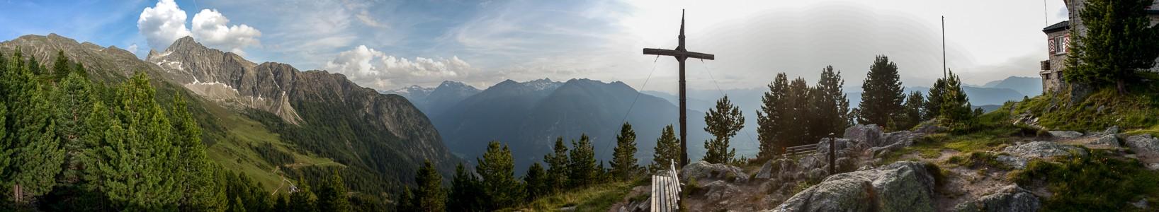 Hochoetz Blick von der Bielefelder Hütte: Stubaier Alpen (links) und Ötztaler Alpen