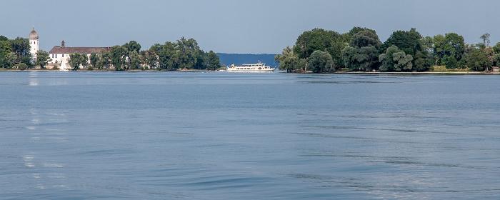Schiff der Chiemseeschifffahrt zwischen Fraueninsel (Frauenchiemsee) und Krautinsel (rechts)
