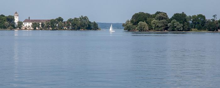Chiemsee Segelboot zwischen Fraueninsel (Frauenchiemsee) und Krautinsel (rechts)