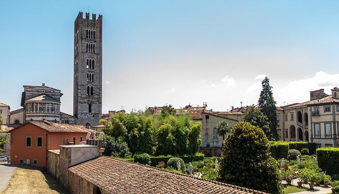 Blick vom Befestigungswall (Mura di Lucca): Basilica di San Frediano und Palazzo Pfanner