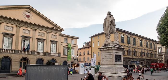 Lucca Centro Storico: Piazza del Giglio - Teatro del Giglio und Denkmal für Giuseppe Garibaldi Piazza Napoleone
