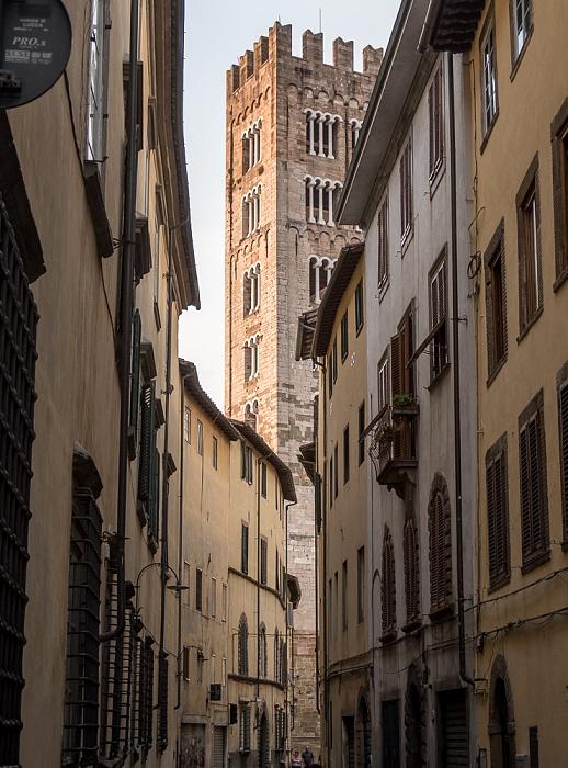 Lucca Centro Storico: Via Cesare Battisti, Turm der Basilica di San Frediano