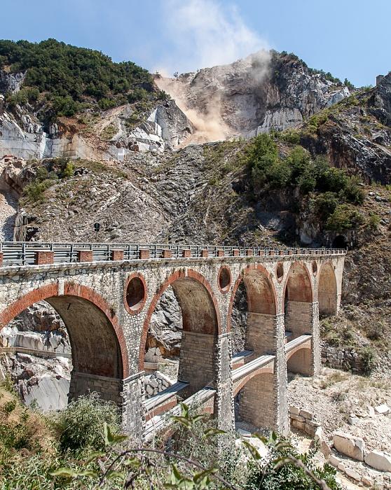 Carrara Apuanische Alpen (Bacino di Fantiscritti): Viadotto di Vara (Brücke von Vara) und Marmor-Steinbrüche