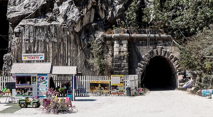 Carrara Apuanische Alpen (Bacino di Fantiscritti): Eingang zum unterirdischen Marmor-Steinbruch Galeria Ravaccione Marmor-Steinbrüche