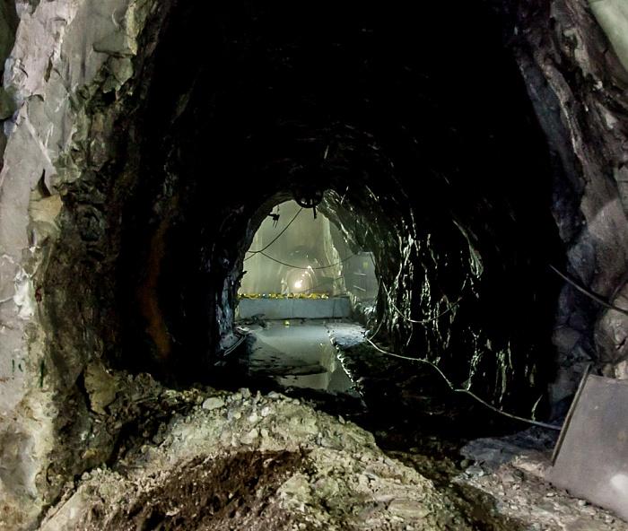 Carrara Apuanische Alpen (Bacino di Fantiscritti): Tunnel zum unterirdischen Marmor-Steinbruch Galeria Ravaccione Marmor-Steinbrüche